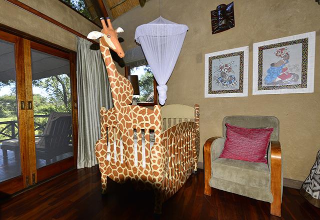 Lukimbi giraffe cot